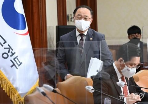 """나랏빚 2000조 육박?···""""채무와 부채 달라, 말장난"""""""