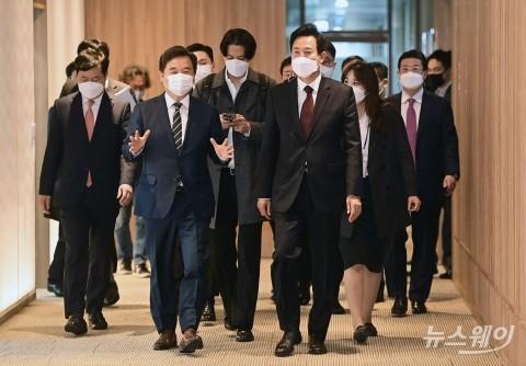 [NW포토]서울시청 집무실 향하는 오세훈 시장