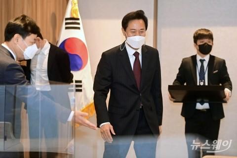 [NW포토]서울시청 집무실 들어서는 오세훈 시장
