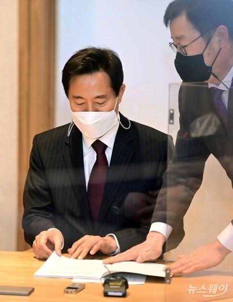 [NW포토]오세훈 서울시장 첫 출근…사무 인계·인수서 서명