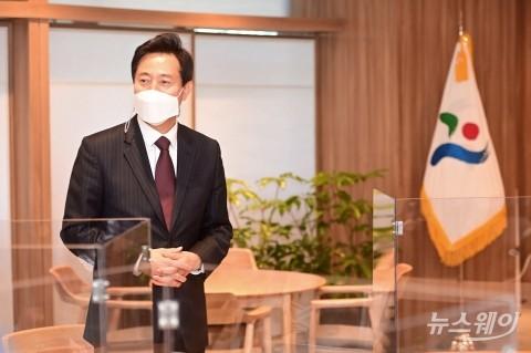 [NW포토]취임 첫 날 집무실 들어선 오세훈 서울시장