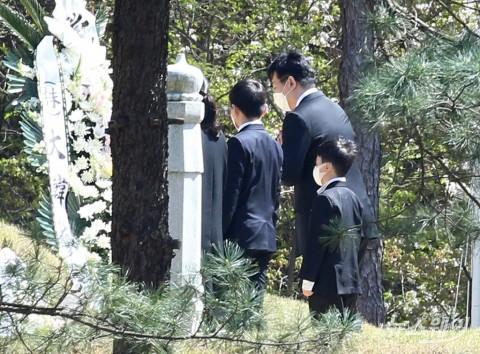 [NW포토]故 조양호 한진 회장 묘소에 인사 올리는 조원태 회장의 가족