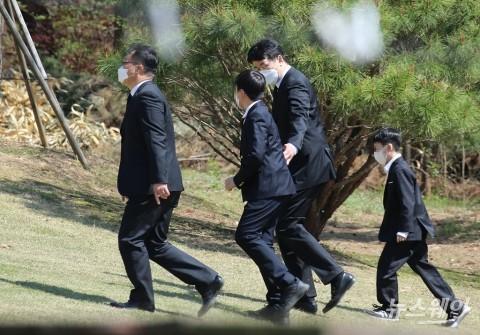 [NW포토]두 아들과 조부 한진 창업주 조중훈 회장 묘소 향하는 조원태 회장