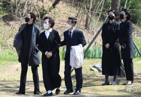 [NW포토]故 조양호 회장 2주기 추모식 마친 이명희-조현민