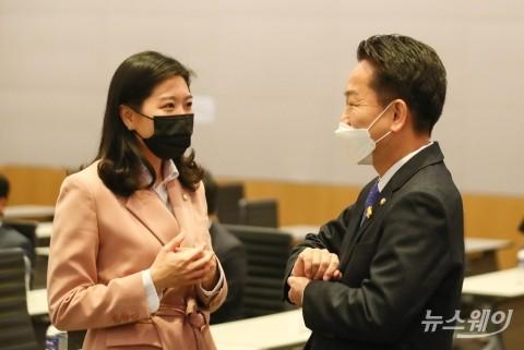 [NW포토]비공개 초선의원 모임에서 대화하는 고영인-신현영