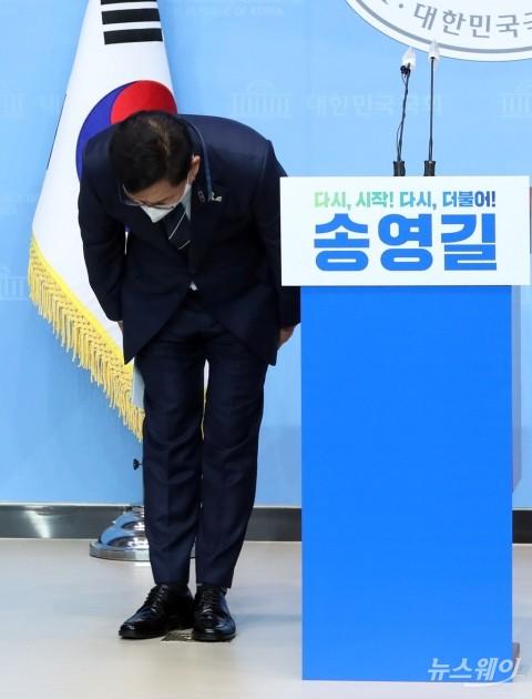 [NW포토]기자회견 앞서 인사하는 송영길 의원