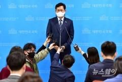 [NW포토]취재진의 질문에 답하는 송영길의원