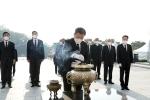 """문 대통령 """"이땅의 위대한 민주주의의 역사 기억""""···4·19 민주묘지 참배"""