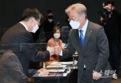 [NW포토]정성호 국회 예결위원장과 인사하는 이재명 경기도지사