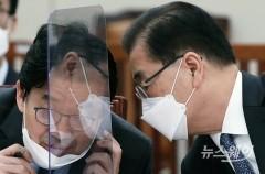 [NW포토]최종문 2차관과 귀엣말 하는 정의용 외교부 장관