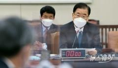 [NW포토]후쿠시마 오염수 질문에 답하는 정의용 외교부장관