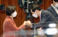 [NW포토]동료 의원들과 인사하는 김기현 의원