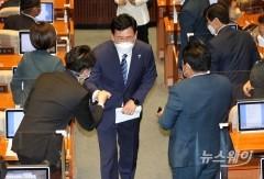 [NW포토]동료의원들과 인사하는 송영길 대표