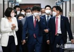 [NW포토]국민의힘 최고위원회의참석하는 이준석 대표