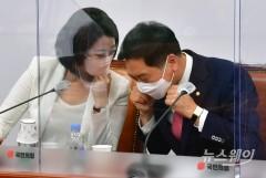 [NW포토]대화하는 국민의힘 김기현 원내대표와 배현진 최고위원