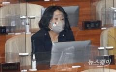 [NW포토]국회 본회의 참석한 윤미향 의원