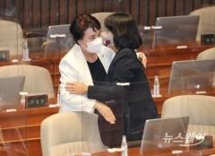 [NW포토]포옹하는 정춘숙 의원과 윤미향 의원