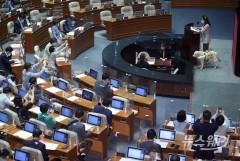 [NW포토]의원들의 카메라 세례 받는 김예지 국민의힘 의원
