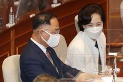 [NW포토]국회 본회의에서 대화하는 홍남기 경제부총와 유은혜 사회부총리