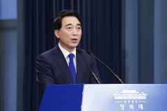 """靑 """"남북 정상회담은 논의한 바 없다···핫라인은 차차 논의""""(종합)"""