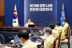 문 대통령, 추경 집행·민생경제 회복 대책 점검···홍남기·은성수 참석