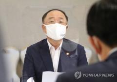 """""""집 사지말라"""" 으름장 놓던 홍남기···깜짝 공급카드 왜"""