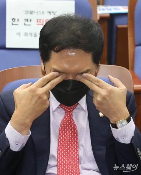 [NW포토]눈 비비는 김기현 국민의힘 원내대표