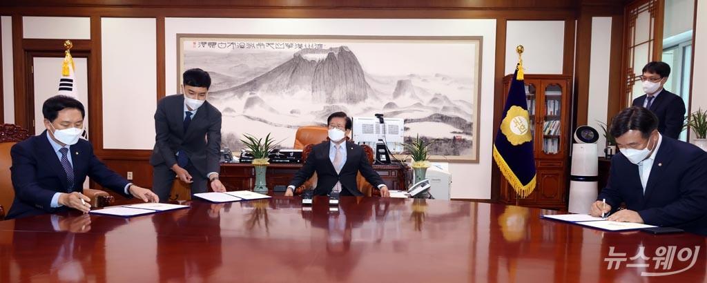 [NW포토]언론중재법 합의문 서명하는 윤호중-김기현 원내대표
