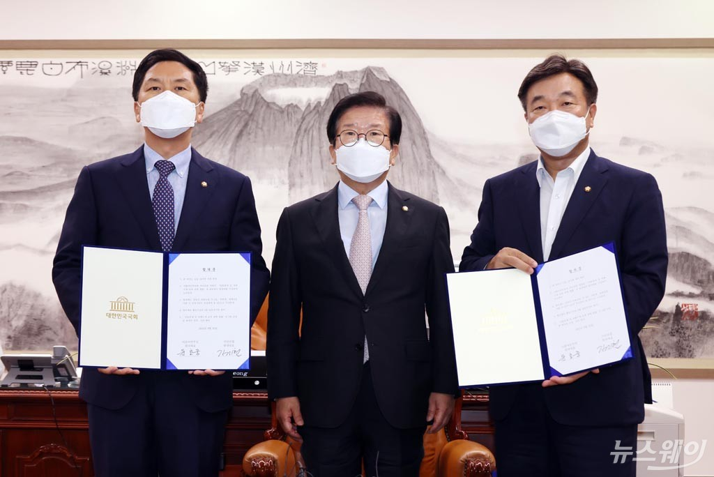 [NW포토]윤호중-김기현 원내대표, 언론중재법 개정안 처리 협의체 구성 등 합의
