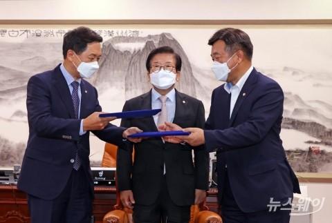 [NW포토] 합의문 교환하는 윤호중-김기현 원내대표
