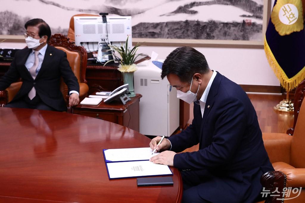 [NW포토]합의문에 서명하는 윤호중 원내대표