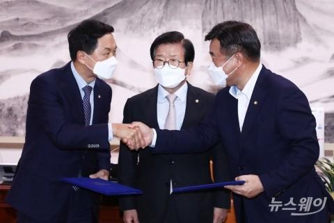 [NW포토]합의문 서명하고 악수하는 윤호중-김기현 원내대표