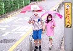 LG디스플레이, 어린이 빗길 교통안전 위한 투명우산 전달