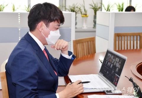 [NW포토]이준석 대표, 화상으로 진행된 청년주거정책 간담회