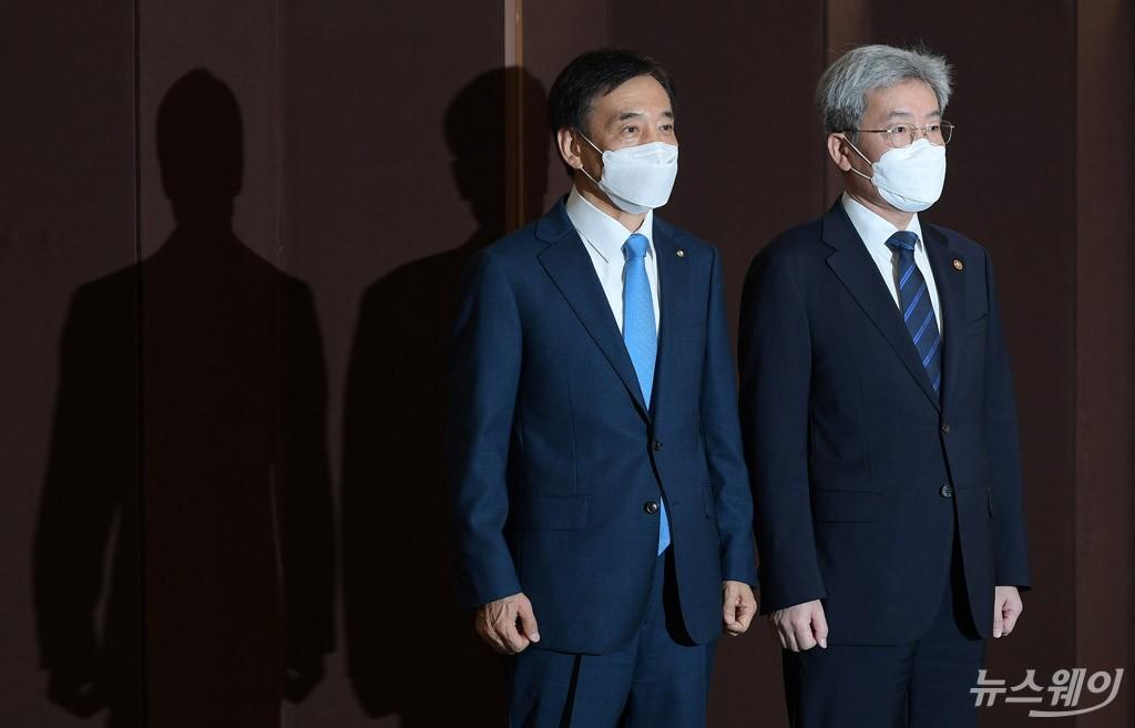 [NW포토]한자리에 선 고승범 금융위원장과 이주열 총재