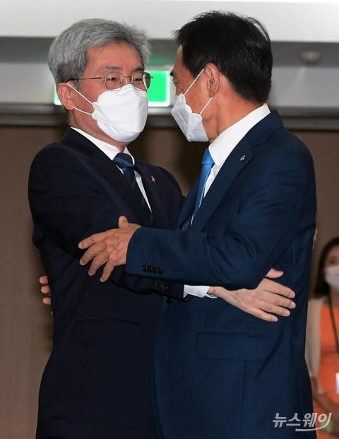 [NW포토]신임 고승범 금융위원장과 포옹하는 이주열 한은 총재