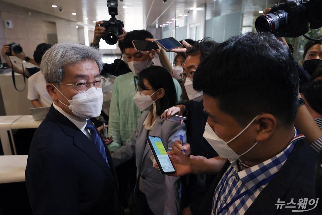 [NW포토]한국은행 방문한 고승범 신임 금융위원장