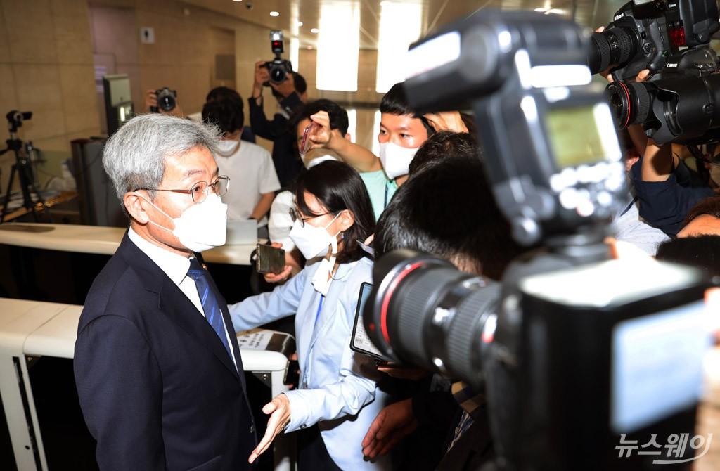 [NW포토]취재진에 둘러싸인 고승범 신임 금융위원장