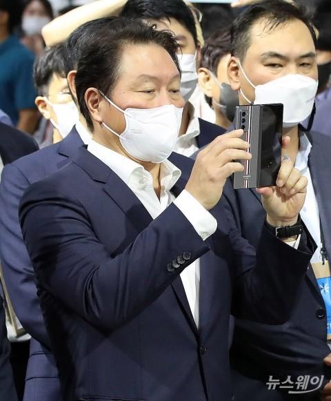 [NW포토]현대차가 만든 '레스큐 드론' 사진 찍는 최태원 SK그룹 회장