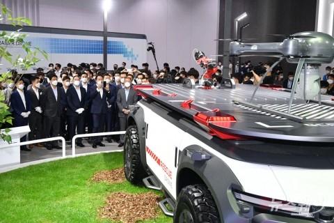 [NW포토]현대차 구조용 드론 둘러보는 회장단