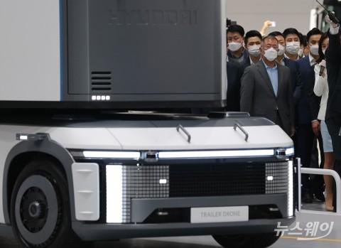 [NW포토]현대차의 트레일러 드론 바라보는 정의선 회장