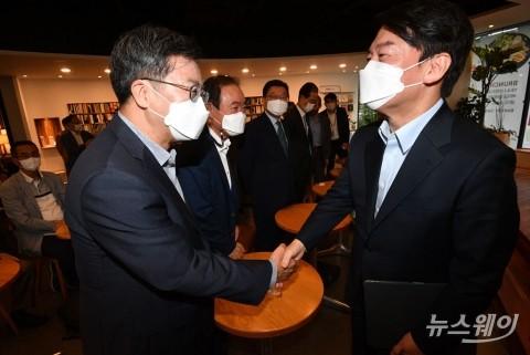 '극중의 길, 민주공화국의 앞날' 강연회