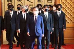"""문 대통령, 미래·문화 특사 BTS에 임명장 수여···""""전세계와 소통 확대 기대"""""""