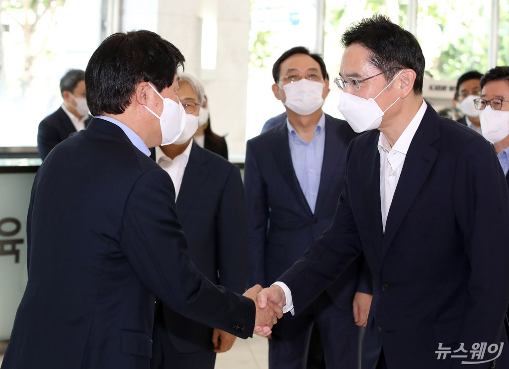 [NW포토]안경덕 노동부 장관과 악수하는 이재용 삼성전자 부회장
