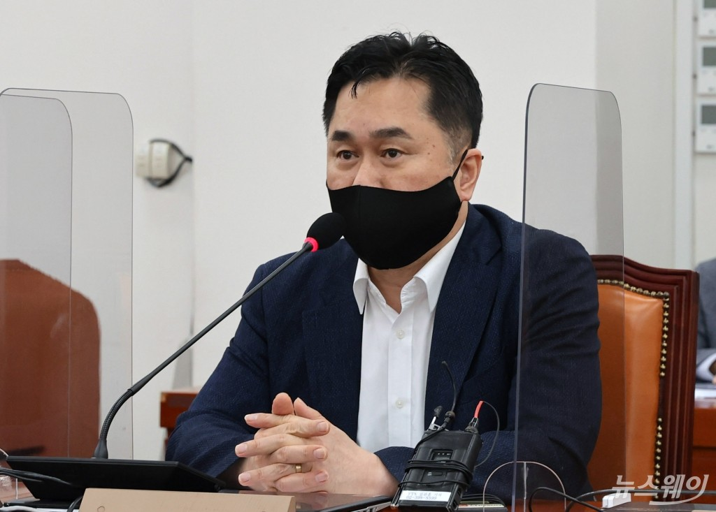 [NW포토]언론중재법 개정안 여야 협의체 5차회의에서 발언하는 김종민 의원