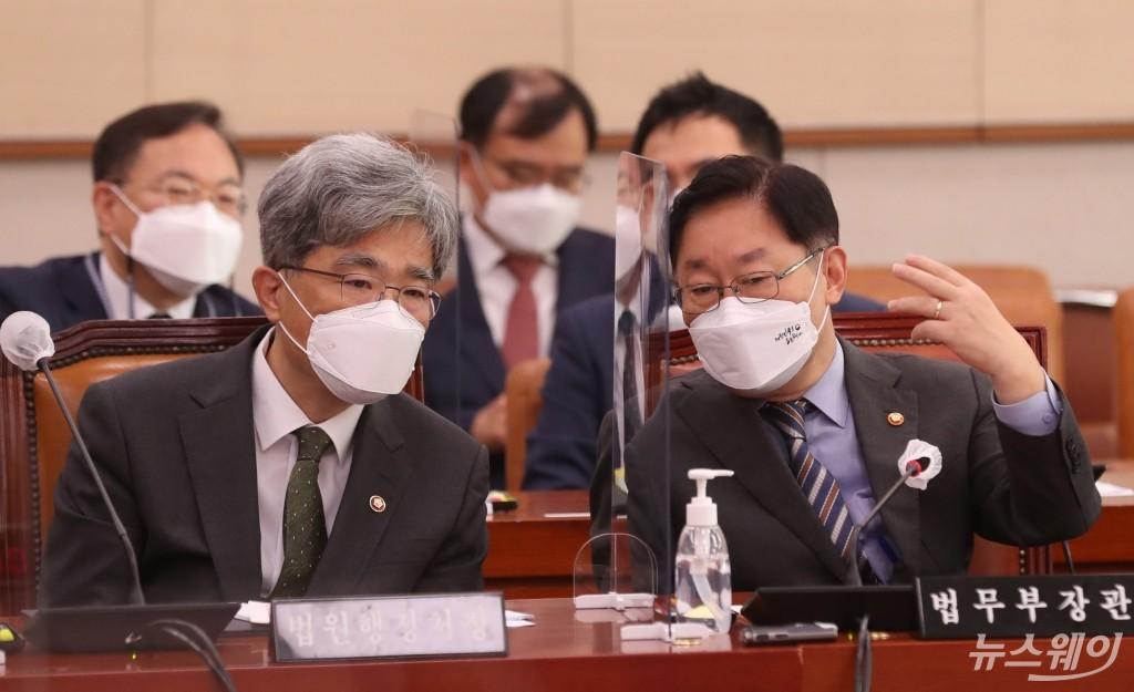 [NW포토]국회 법사위 참석한 박범계 법무부 장관과 김상환 법원행정처장