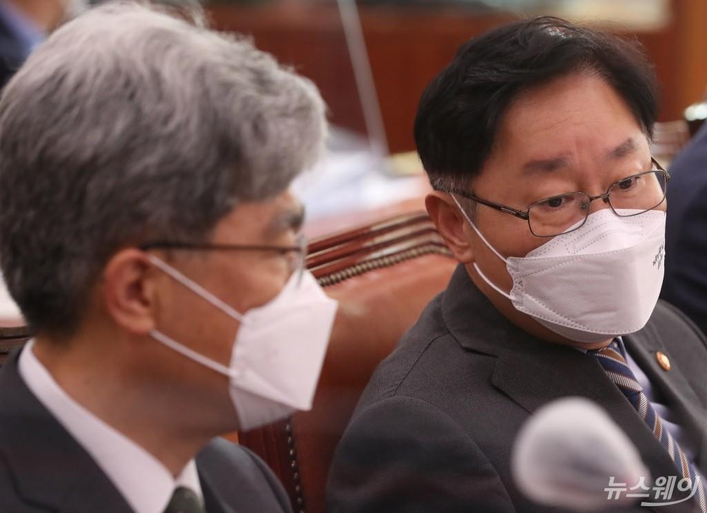 [NW포토]법사위에서 대화 나누는 박범계 장관과 김상환 처장