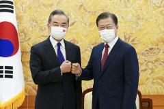 """문 대통령 """"중국과 한반도 비핵화 노력""""···왕이 """"협력 동반자 관계 더 높게"""""""
