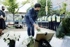 [NW포토]자영업자 합동분향소에 헌화하는 김기현 원내대표