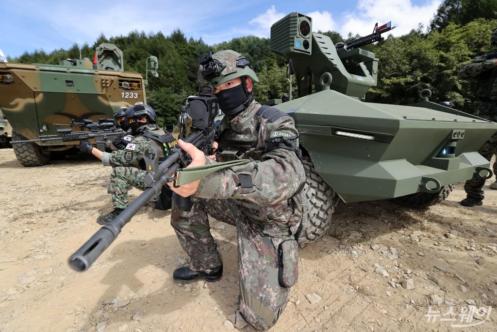 [NW포토]Army TIGER 4.0, M60기관총 장착된 다목적무인장갑차와 전투 시연